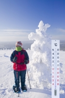 Finland-Lapland-Scandinavia-Arctic-Arctic-Circle-north-northern;snow;winter;cold;freezing;sub-zero;thermometer;temperature;extreme-cold;mercury;-25;minus-25;women;snow-shoe;snow-shoeing;winter-travel;tree;hoare-frost;tundra;clothing;wrapped-up;protection;outdoor-clothing