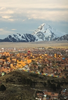 South-America;Bolivia;La-Paz;Huayna-Potosi;El-Alto;mountain;altitude;high;snow;glacier;backdrop;glacial-retreat;climate-change;global-warming;mountain-range;Cordillera-Real;Altiplano;house;housing;slope;steep;sunlight;glow;sunset;city