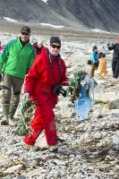 Spitsbergen-Svalbard-Arctic-Arctic-Circle-tundra-red-man-male-to